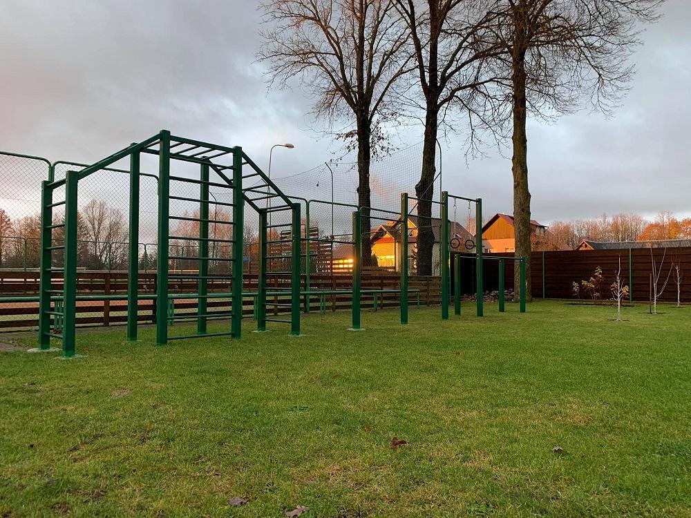 Džiaugiamės naujuoju lauko gimnastikos įrenginiu